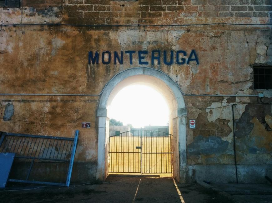 Monteruga Çiftliği, Güney İtalya'nın kırsal kalkınması için Faşizm Dönemi'nde planlanarak uygulanmış projelerden biri. Bugün hayalet köy vaziyetinde.