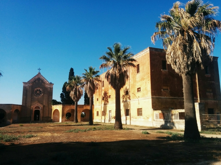 Köyün merkezinde kilise, önünde bir meydan, meydanın bir tarafında köylüler için sıra evler, diğer tarafında tütün, zeytinyağı ve şarap fabrikası yer alıyor.