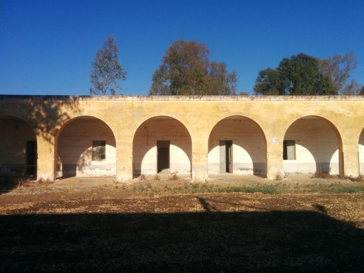 Köylülerin kalması için yapılmış sıra evler. Taş kullanılmış, sıcak iklime uyması için tavanları yüksek.